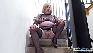 Old BBW cleans up her pee from the stairs sign in masturbating