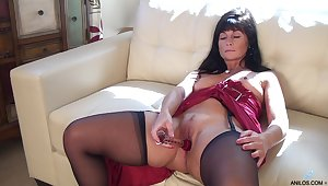 Foxy mature Lelani Tizzie drops her clothes to shot at some solo fun