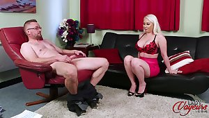 Blonde cougar Pippa Blonde teases with her ass concerning help him finish