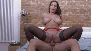 Passionate fucking on transmitted to bed with horny cougar Sensual Jane
